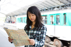 Young attractive asian tourist visiting Parisの素材 [FYI00647423]