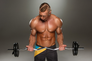 Portrait of super fit muscular young man working out in gym.の写真素材 [FYI00647426]