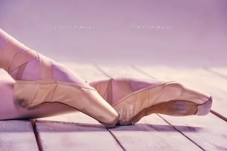 Close-up ballerina's legs in pointesの写真素材 [FYI00647458]
