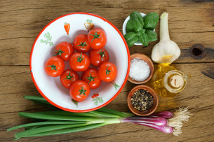 Ingredients for a tomato sauceの写真素材 [FYI00647497]