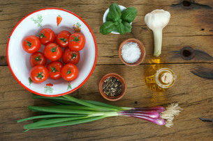 Ingredients for a tomato sauceの写真素材 [FYI00647498]