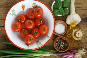 Ingredients for a tomato sauceの写真素材 [FYI00647500]