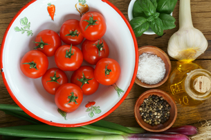Close up of ingredients for a tomato sauceの写真素材 [FYI00647501]