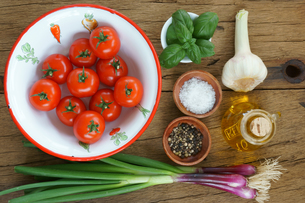 Close up of ingredients for a tomato sauceの写真素材 [FYI00647503]