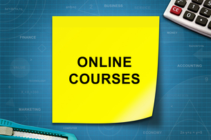 Online courses word on yellow noteの写真素材 [FYI00647516]