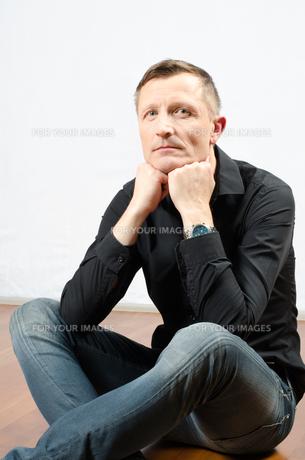 Portrait denkender Mann auf dem Boden sitzendの写真素材 [FYI00647525]