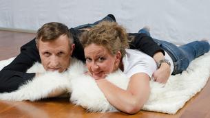 Paar liegt auf einer Deckeの写真素材 [FYI00647529]