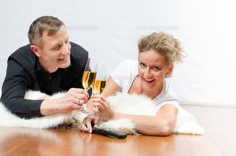 Paar trinkt Sekt auf Deckeの写真素材 [FYI00647533]