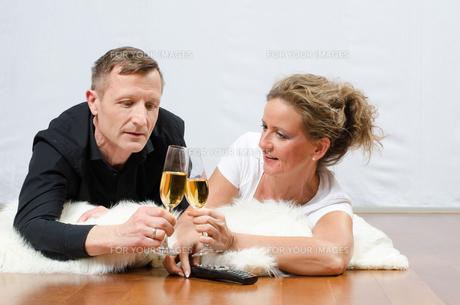 Paar trinkt Sekt auf Deckeの写真素材 [FYI00647534]