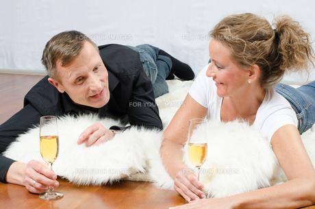 Paar trinkt Sekt auf Deckeの写真素材 [FYI00647535]