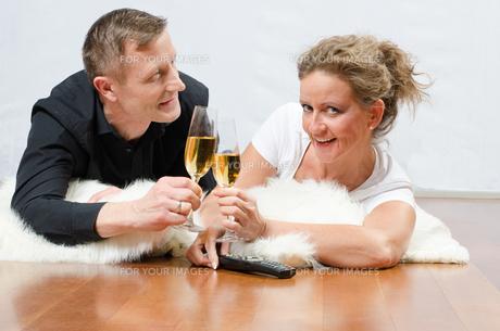 Paar trinkt Sekt auf Deckeの写真素材 [FYI00647536]