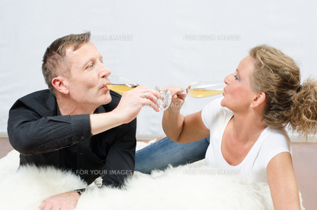Paar trinkt Sekt auf Deckeの写真素材 [FYI00647537]