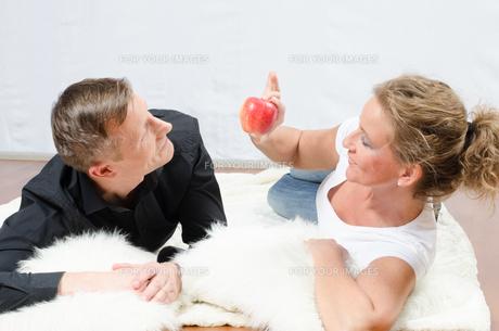 Frau f?ttert Mann mit Apfelの写真素材 [FYI00647538]