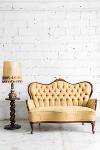 Brown sofa with lampの写真素材 [FYI00647560]