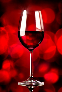 Wine on red backgroundの写真素材 [FYI00647585]