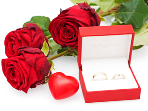 roses with heart and wedding ringsの写真素材 [FYI00647659]
