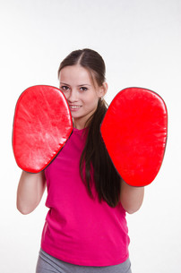 Athlete with boxing paws in the hands ofの写真素材 [FYI00647683]