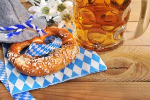 bayerische oktoberfestbreze with beerの写真素材 [FYI00647728]