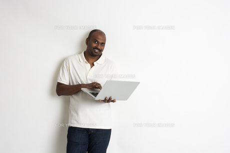 indian matured male with a laptopの写真素材 [FYI00647743]