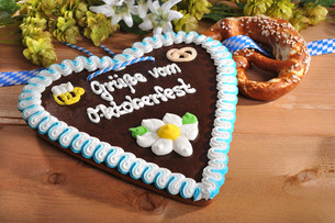 bavarian pretzel with gingerbread heartの写真素材 [FYI00647771]