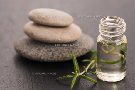 Essential oil with rosemary and fresh green leavesの写真素材 [FYI00647847]