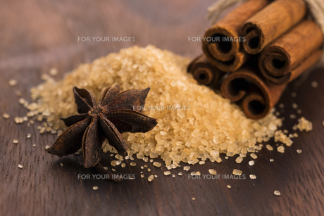 Cinnamon sticks with pure cane brown sugar on wood backgroundの写真素材 [FYI00647863]