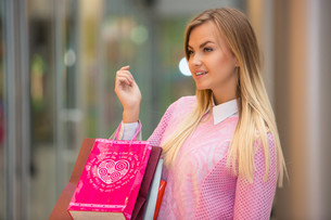beautiful young woman goes shopping in mallの写真素材 [FYI00647952]