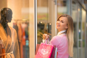 beautiful young woman goes shopping in mallの写真素材 [FYI00647954]