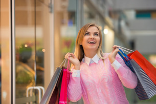 beautiful young woman goes shopping in mallの写真素材 [FYI00647955]