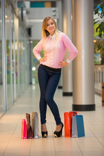 woman with a shopping bags in the mallの写真素材 [FYI00647956]