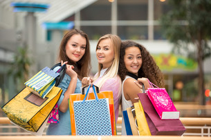 three beautiful girls with shopping bagsの写真素材 [FYI00647958]