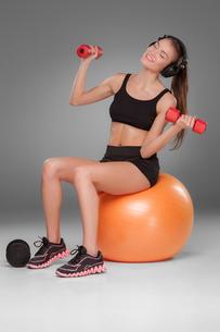 Sporty woman doing aerobic exerciseの写真素材 [FYI00647966]