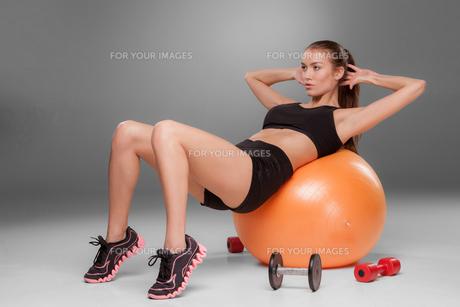 Sporty woman doing aerobic exerciseの写真素材 [FYI00647967]