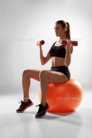 Sporty woman doing aerobic exerciseの写真素材 [FYI00647968]
