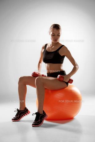 Sporty woman doing aerobic exerciseの写真素材 [FYI00647970]