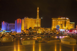 Night view of the dancing fountains of Bellagio and the Eiffel Tower replica of Paris Las Vegas Resort in Las Vegas Nevada, USAの写真素材 [FYI00647993]
