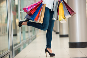 Woman legs with shopping bagsの写真素材 [FYI00648057]