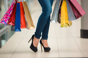 Woman legs with shopping bagsの写真素材 [FYI00648058]