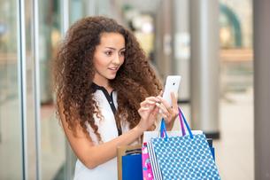 beautiful young woman goes shoppingの写真素材 [FYI00648061]