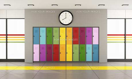 School hallway with colorful lockersの写真素材 [FYI00648114]