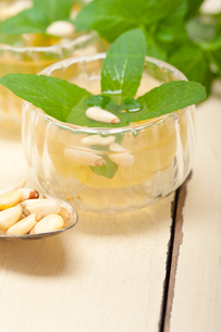 Arab traditional mint and pine nuts teaの写真素材 [FYI00648323]