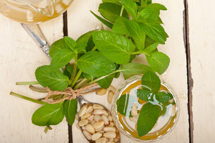 Arab traditional mint and pine nuts teaの写真素材 [FYI00648324]