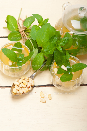 Arab traditional mint and pine nuts teaの素材 [FYI00648325]