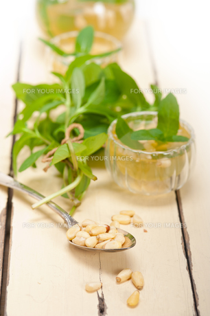 Arab traditional mint and pine nuts teaの素材 [FYI00648327]