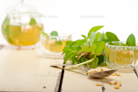 Arab traditional mint and pine nuts teaの素材 [FYI00648328]