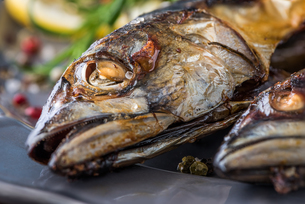 Baked Mackerel Fish with Herbs and Lemon on a Plateの写真素材 [FYI00648367]