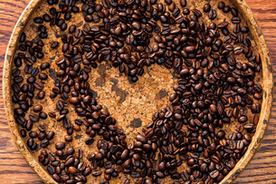 Heart shape made from coffee beansの写真素材 [FYI00648630]