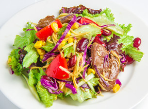 Salad with beefの写真素材 [FYI00648675]