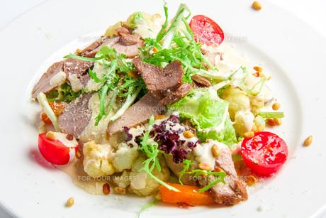 Vegetable salad with roasted turkeyの写真素材 [FYI00648680]