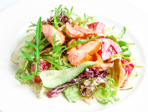 Salad mix with grilled salmonの写真素材 [FYI00648691]